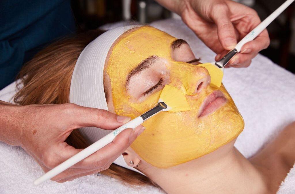 Hoe acne en maskne te behandelen